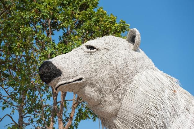 Statue d'ours blanc en paille. Photo Premium