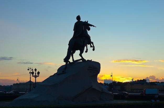 Statue de peter the great au lever du soleil Photo gratuit
