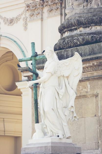 Statue romaine avec une croix Photo Premium