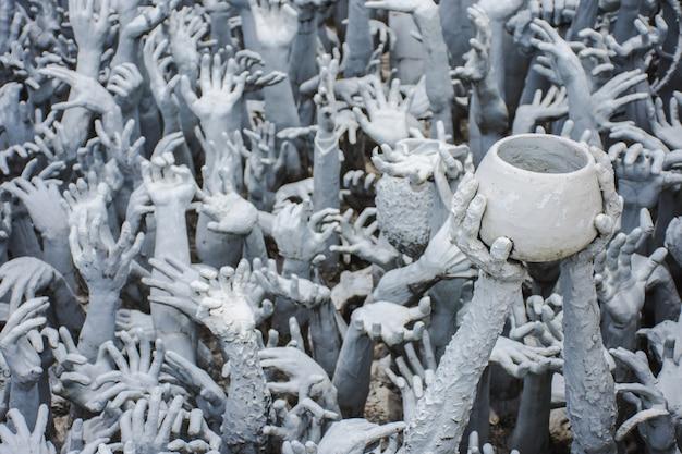 Statues au temple blanc thaïlandais Photo Premium