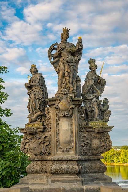Statues baroques sur le pont charles de prague par une journée ensoleillée Photo Premium