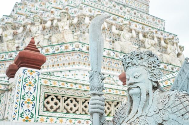 Statues de gardien démon au temple wat arun à bangkok, thaïlande Photo Premium