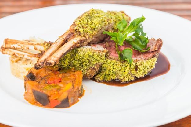 Steak d'agneau au barbecue Photo gratuit