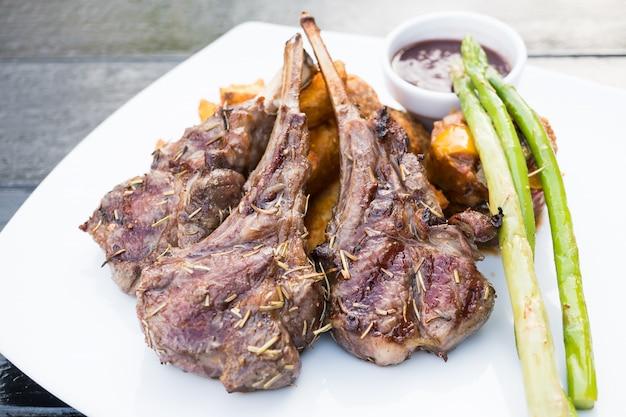 Steak d'agneau grillé Photo gratuit