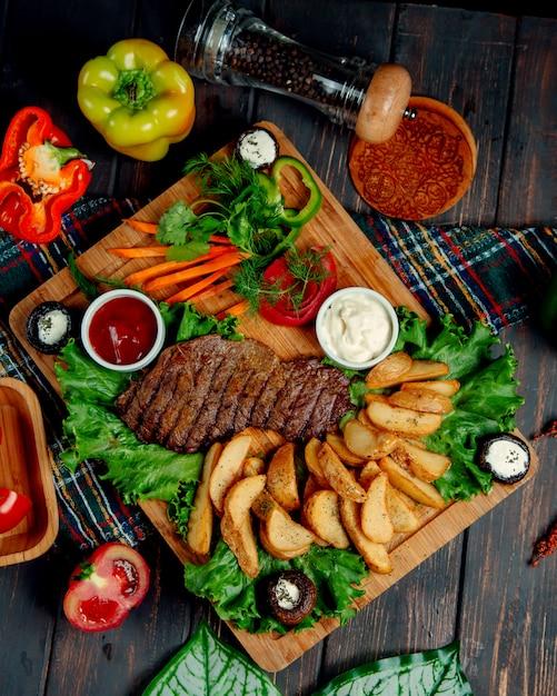 Steak Bien Cuit Et Pommes De Terre Maison Photo gratuit