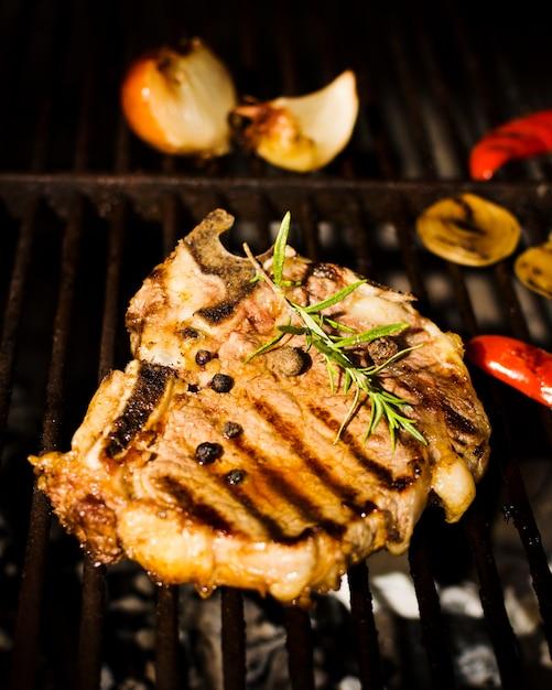 Steak de bifteck aux épices et légumes sur le gril Photo gratuit