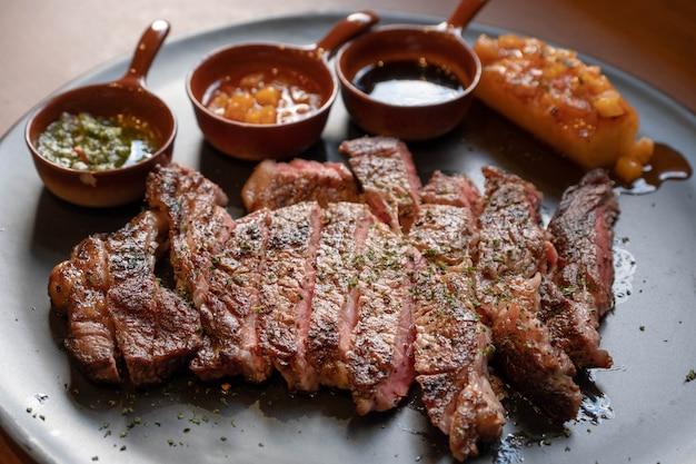 Steak de bœuf à l'ananas grillé et à la sauce sucrée Photo Premium