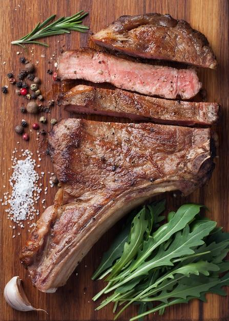 Steak de bœuf de cow-boy grillé. Photo Premium