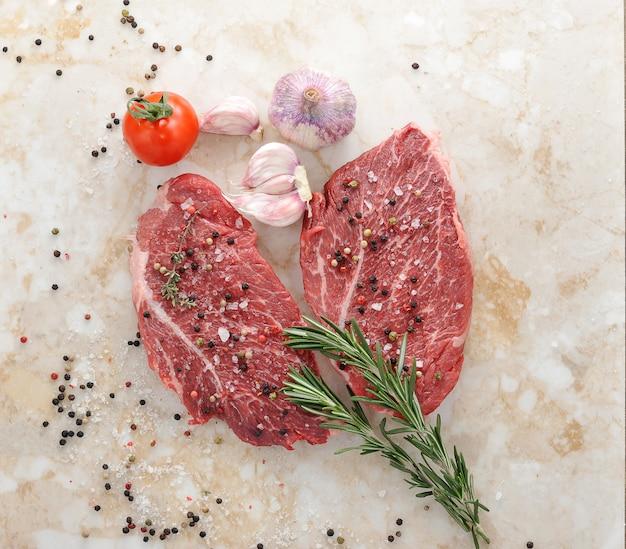 Steak de boeuf cru au romarin Photo Premium