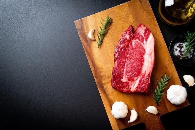 Steak de bœuf cru frais Photo Premium