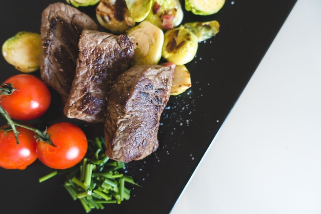 Steak de bœuf grillé paléo sain avec des légumes Photo gratuit