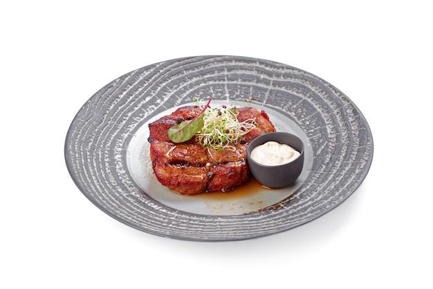 Steak De Boeuf Grillé Sur Plaque Grise Isolé Photo Premium