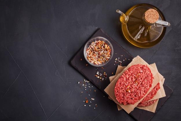 Steak de bœuf haché biologique cru fait maison Photo Premium