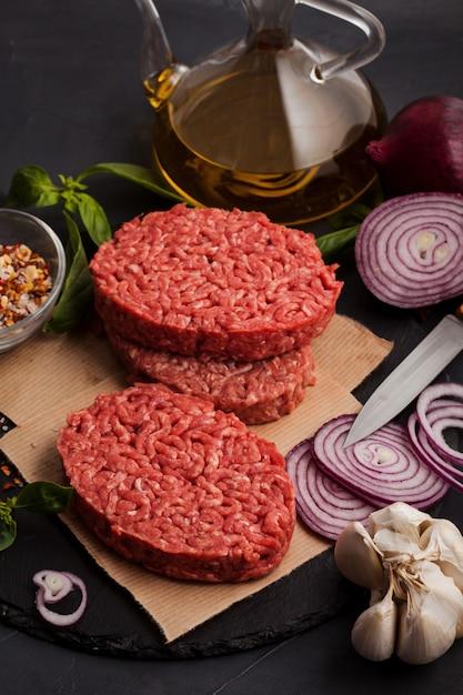 Steak de bœuf haché biologique cru maison Photo Premium