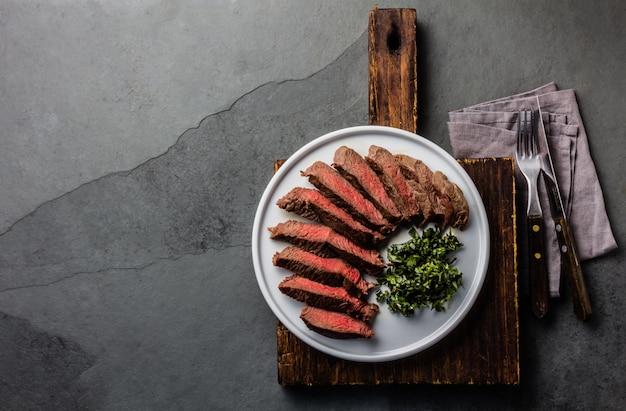 Steak de boeuf moyen sur plaque blanche Photo Premium