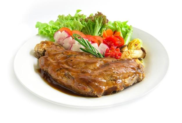 Steak De Boeuf Avec Sauce à La Sauce Pour Décorer Le Romarin Frais, Les Asperges Grillées Et La Salade De Radis Photo Premium