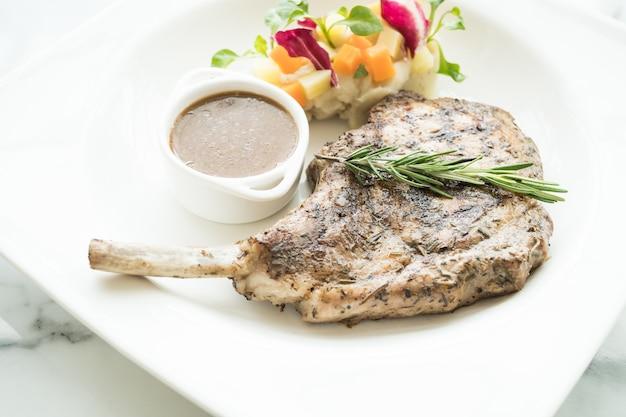 Steak de côtelette de porc grillé Photo gratuit