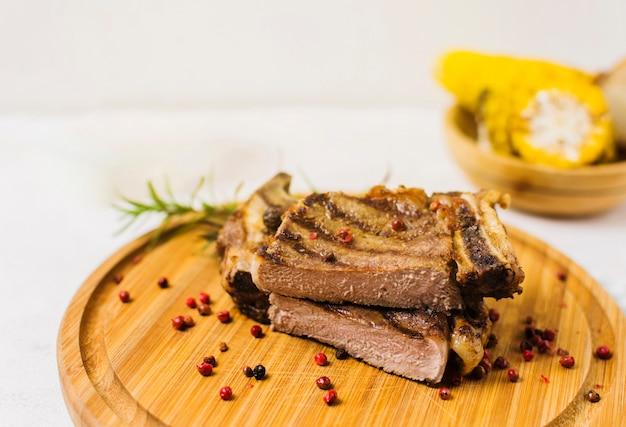 Steak coupé sur planche de bois Photo gratuit