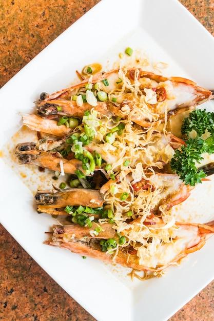 Steak de crevettes et crevettes grillées dans une assiette blanche Photo gratuit