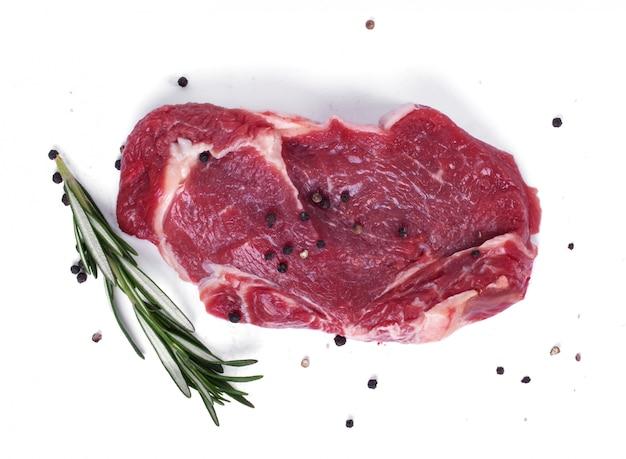 Steak Cru Sur Papier Blanc Photo gratuit