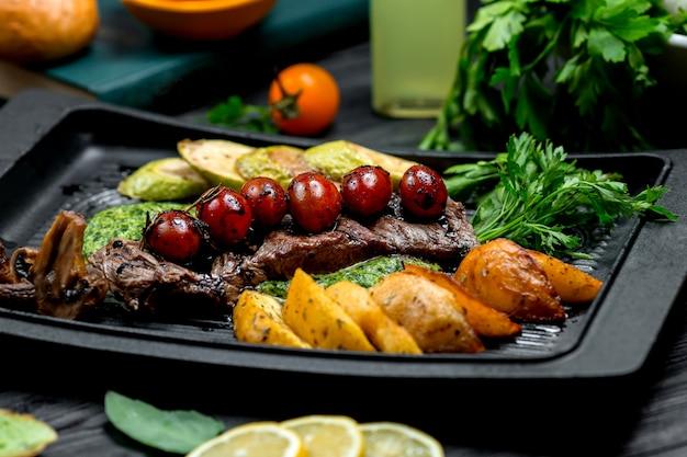 Steak frais avec pommes de terre frites et légumes Photo gratuit