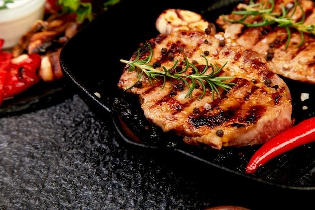 Steak grill dans la poêle en fonte Photo Premium