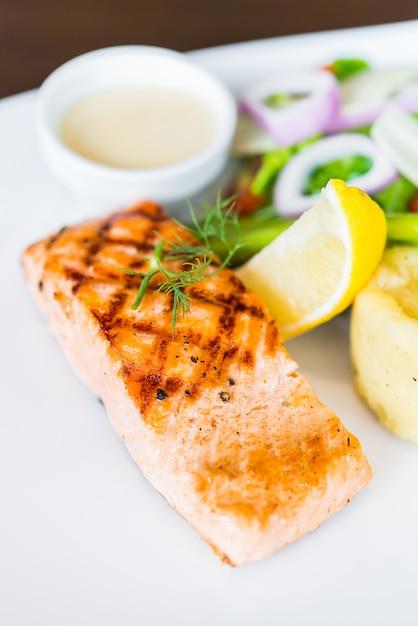 Steak grillé au saumon Photo gratuit