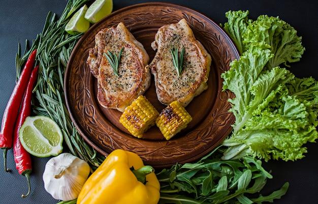 Steak Grillé Avec Des Légumes Dans Une Casserole Décorée Avec Du Romarin. Photo Premium