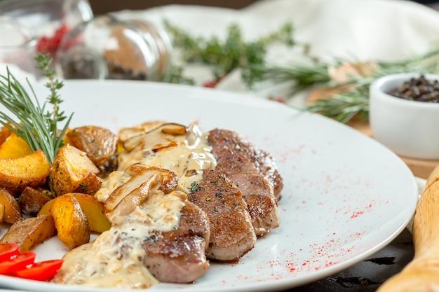 Steak Grillé Avec Des Quartiers De Pomme De Terre Photo Premium