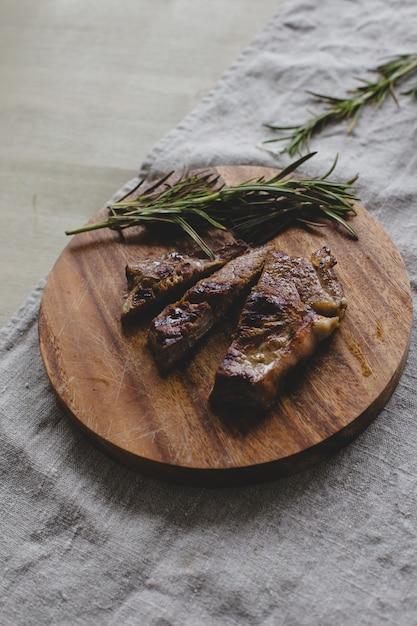 Steak Grillé Sur Table Photo gratuit