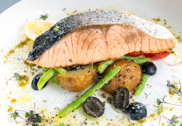 Steak pesto de saumon grillé Photo Premium