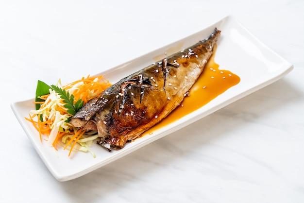 Steak de poisson saba grillé à la sauce teriyaki Photo Premium