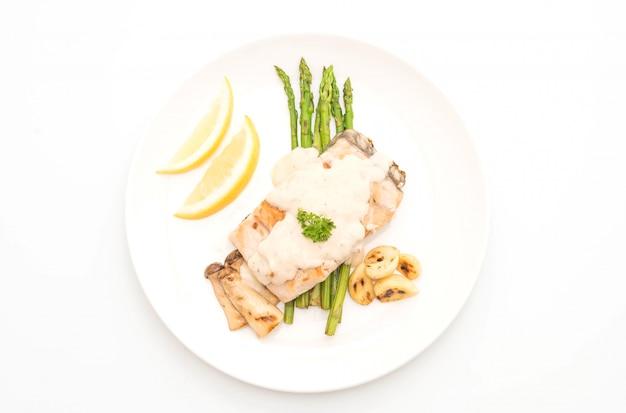 Steak de poisson vivaneau grillé avec légumes Photo Premium