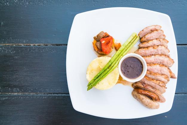 Steak de poitrine de canard Photo gratuit