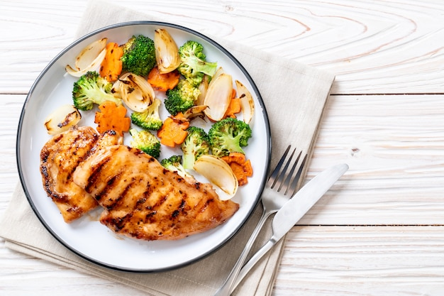 Steak de poitrine de poulet grillé aux légumes Photo Premium
