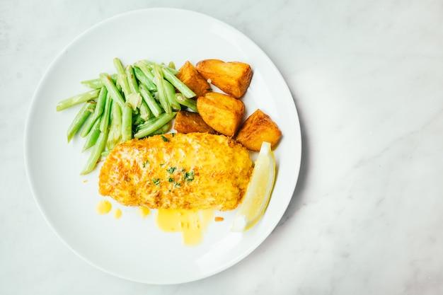 Steak de poulet frit au citron et aux légumes Photo gratuit