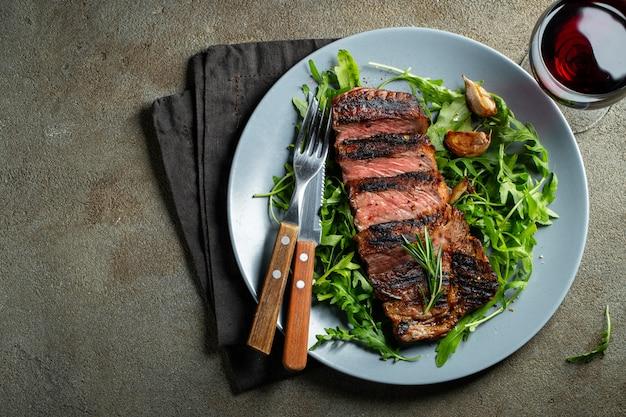 Steak ribeye, grillé avec du poivre et de l'ail. Photo Premium
