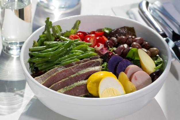 Steak avec salade Photo Premium
