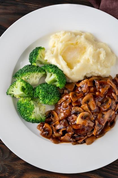 Steak De Salisbury Avec Brocoli Cuit à La Vapeur Et Purée De Pommes De Terre Photo Premium