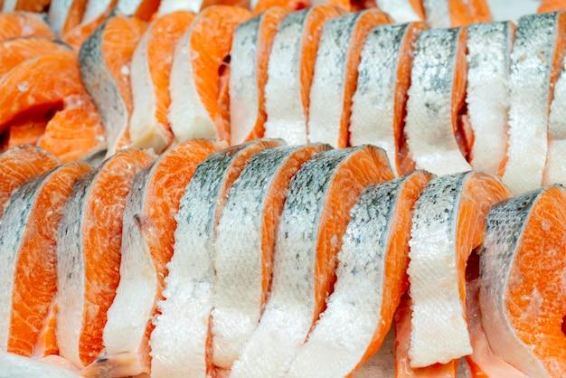 Steak De Saumon Sur Glace De Comptoir Dans Un Supermarché. Photo Premium
