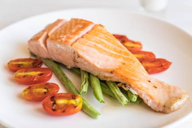 Steak de saumon grillé Photo Premium