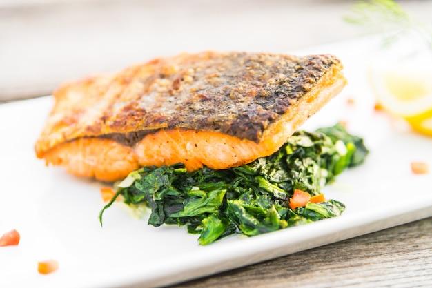 Steak de saumon grillé Photo gratuit