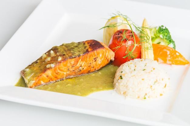 Steak de saumon sur une plaque blanche Photo gratuit