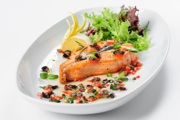 Steak de saumon rôti Photo Premium