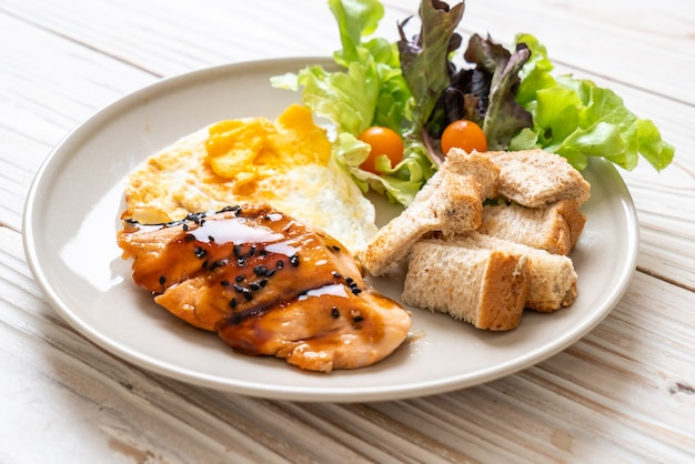 Steak De Saumon Teriyaki Avec œuf Au Plat Et Salade Photo Premium