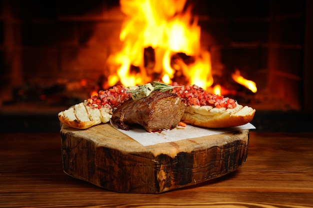 Steak savoureux sur un fond de feu Photo Premium