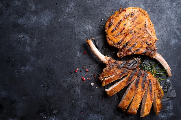 Steak de t-bone grillé sur table en pierre. vue de dessus avec espace de copie Photo Premium