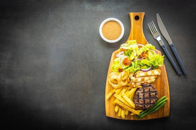 Steak de viande de bœuf grillé avec sauce frites Photo gratuit