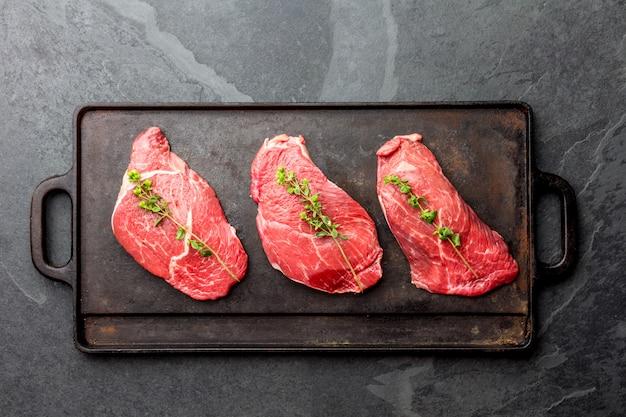 Steaks De Boeuf Crus Aux Herbes Et épices Photo Premium