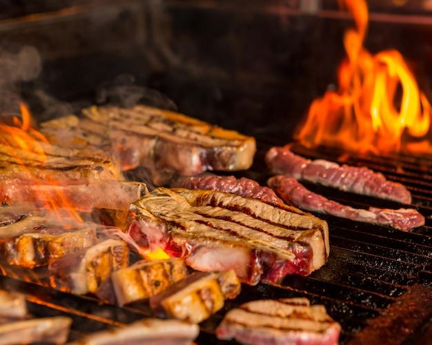 Steaks mi-grillés et mi-cuits sur le gril Photo gratuit
